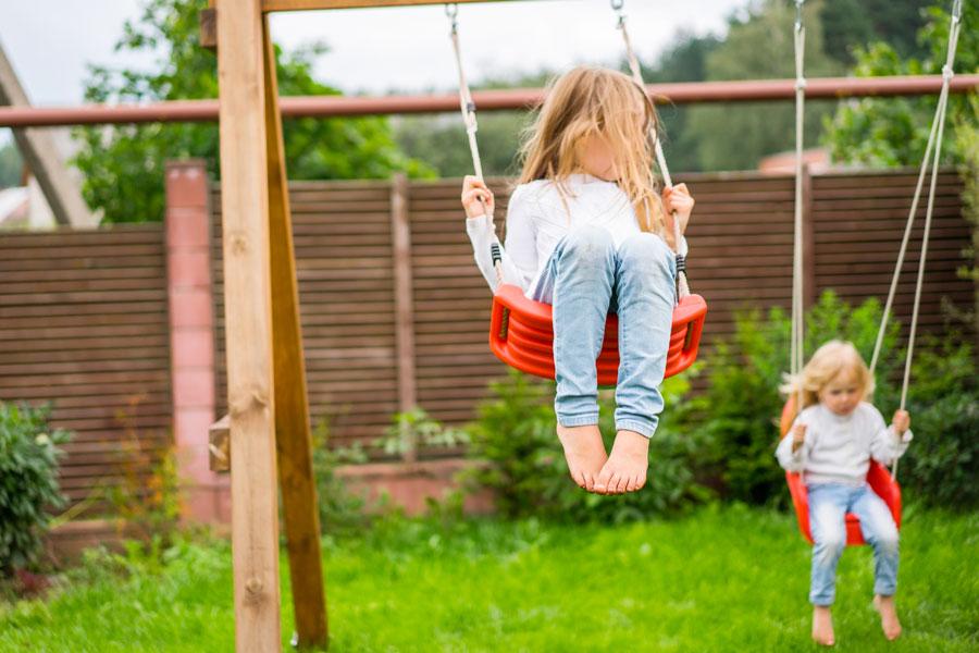 Altalena in legno da giardino, un classico gioco per i bimbi