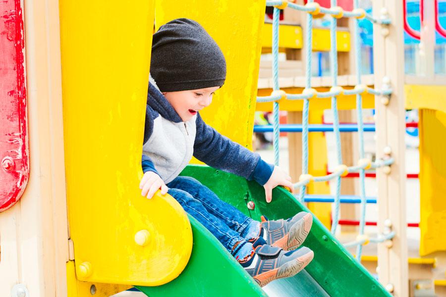 Altalena e mini parco giochi per i bambini